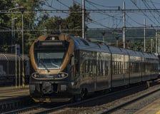 Treno nero dell'oro nella stazione di Zabreh nel giorno di estate fotografie stock libere da diritti