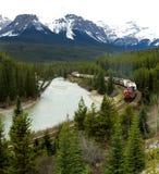 Treno pacifico canadese che attraversa through Rocky Mountains Immagini Stock Libere da Diritti
