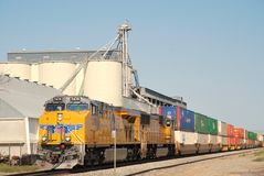 Treno pacifico del sindacato con il grainery neary del trasporto fotografie stock libere da diritti