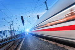 Treno passeggeri ad alta velocità moderno sulla ferrovia nel moto Immagini Stock