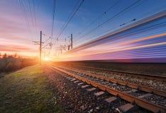 Treno passeggeri ad alta velocità nel moto al tramonto Immagini Stock Libere da Diritti