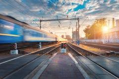 Treno passeggeri ad alta velocità nel moto sulla ferrovia Fotografia Stock