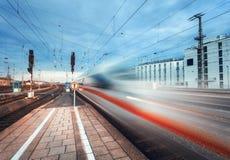 Treno passeggeri ad alta velocità sul binario ferroviario nel moto Immagini Stock