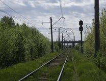 Treno passeggeri ad alta velocità sul binario ferroviario nel moto alla notte Treno pendolare vago in binario ferroviario Stazion Immagini Stock