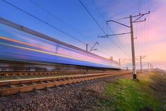 Treno passeggeri blu ad alta velocità nel moto Immagini Stock