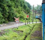 Treno passeggeri che attraversa l'incrocio di ferrovia immagine stock libera da diritti