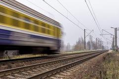 Treno passeggeri elettrico che viaggia sui binari ferroviari Fotografia Stock