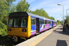 Treno passeggeri locale nella stazione ferroviaria di Ormskirk Fotografie Stock Libere da Diritti