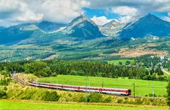 Treno passeggeri nelle alte montagne di Tatra, Slovacchia Immagine Stock