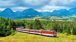Treno passeggeri nelle alte montagne di Tatra, Slovacchia Immagini Stock