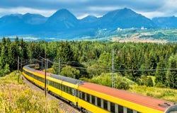 Treno passeggeri nelle alte montagne di Tatra, Slovacchia Fotografia Stock Libera da Diritti