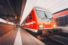 Treno passeggeri rosso ad alta velocità moderno che si muove con lo sta ferroviario Fotografia Stock Libera da Diritti