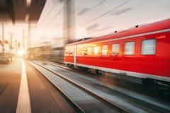 Treno passeggeri rosso ad alta velocità moderno che si muove con lo sta ferroviario Fotografie Stock