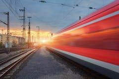 Treno passeggeri rosso ad alta velocità sul binario ferroviario Fotografia Stock