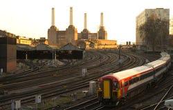 Treno pendolare che si avvicina a Londra Victoria immagine stock