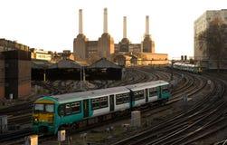 Treno pendolare che si avvicina a Londra Victoria fotografia stock