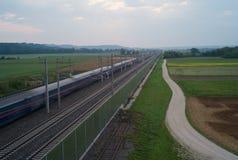 Treno pendolare vago di primo mattino nella campagna fotografia stock
