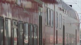 Treno regionale che lascia stazione principale video d archivio