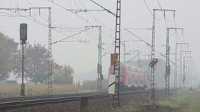 Treno regionale che passa nel paesaggio di autunno video d archivio