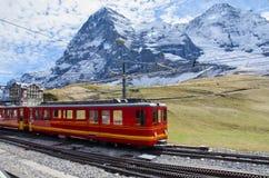 Treno rosso con la montagna di Jungfrau, Svizzera Fotografie Stock Libere da Diritti