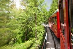 Treno rosso di Montenvers che prende al mare del ghiaccio di Chamonix-Mont-Blanc in Francia Fotografia Stock