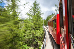 Treno rosso di Montenvers che prende al mare del ghiaccio di Chamonix-Mont-Blanc in Francia Fotografie Stock