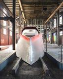 Treno rosso futuristico all'interno di una miniera di carbone antica Fotografie Stock