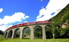 Treno rosso svizzero Bernina preciso al viadotto di Brusio Fotografie Stock Libere da Diritti