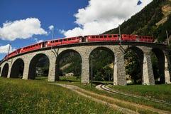 Treno rosso svizzero Bernina preciso al viadotto di Brusio Immagini Stock