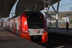 Treno russo ad una stazione ferroviaria Fotografia Stock