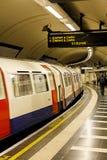 Treno sotterraneo di Londra che lascia stazione Fotografie Stock Libere da Diritti