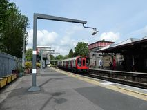 Treno sotterraneo di Londra delle azione S8 che arriva alla stazione di Rickmansworth sulla linea metropolitana immagini stock libere da diritti
