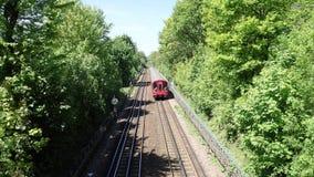 Treno sotterraneo di Londra delle azione S8 sulla linea metropolitana video d archivio
