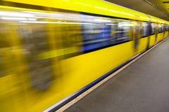 Treno sotterraneo muoventesi in una stazione immagini stock libere da diritti