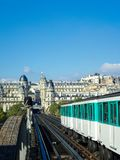 Treno su un ponte a Parigi Fotografia Stock
