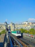 Treno su un ponte a Parigi Fotografie Stock Libere da Diritti