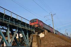 Treno sul ponticello ferroviario Fotografia Stock Libera da Diritti