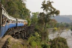 Treno sul ponticello sopra il fiume Fotografie Stock Libere da Diritti