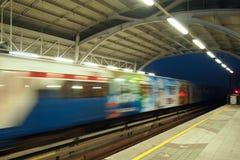 treno sul sottopassaggio Immagine Stock
