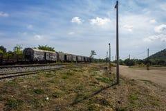 Treno sulla ferrovia abbandonata Fotografia Stock