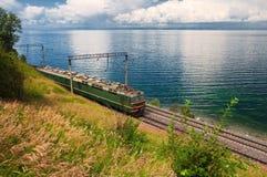 Treno sulla ferrovia del trasporto Baikal Fotografie Stock Libere da Diritti