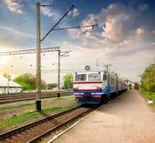 Treno sulla stazione Fotografie Stock Libere da Diritti