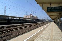 Treno sulla stazione ferroviaria Fotografie Stock Libere da Diritti