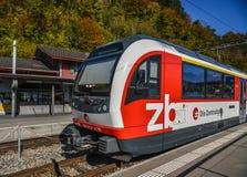 Treno svizzero che si ferma ad una stazione rurale fotografia stock