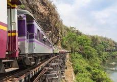 Treno tailandese del passeggero che passa morte della seconda guerra mondiale ferroviaria al kwai del fiume della stazione ferrov Immagine Stock