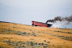 Treno turistico sul Mt Washington in giorno nuvoloso di caduta Fotografia Stock Libera da Diritti