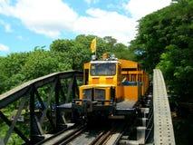 Treno turistico sul ponticello sul fiume Kwai Fotografia Stock