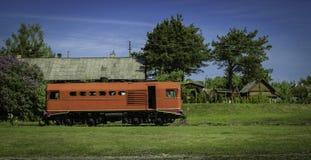 Treno in un villaggio Immagine Stock Libera da Diritti