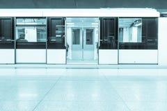 Treno in una stazione della metropolitana immagini stock libere da diritti