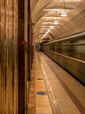 Treno in una stazione della metropolitana sola di Mosca Fotografia Stock